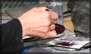 染料を調合し、正確に色を再現する